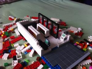 Udah mulai nampak bentuk bangunan. Pintu2 warna hitam itu untuk freezer yang biasanya isinya minuman2 dingin :)