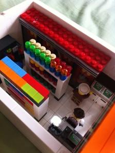 Dalam sudah lengkap dengan kasir, ATM, coffee machine dan makanan. Udah ada yang belanja lagi :)