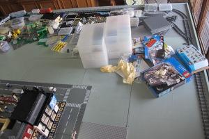 Dari mulai tempat LEGO, buku instruksi sampe yang belum jadi ada. :)