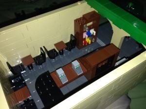 Beginilah dalamnya Starbucks, complete dengan kasir, tempat duduk dan pajangan gelas yang bisa dibeli untuk koleksi :)