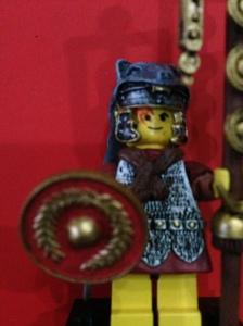 Perisainya lengkap dengan lambang romawi, detail nya bagus banget.