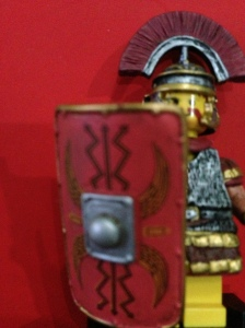 Perisainya detail dengan lambang Romawinya, saya kagum sekali sama yang bikinnya detail sekali.