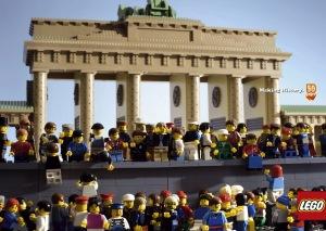 Favorit kedua saya, runtuhnya tembok Berlin :) Perhatikan minifig2nya, sangat bagus dan lucu.