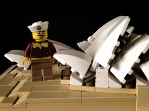 Pelaut lagi berfoto di depan Sydney Opera House