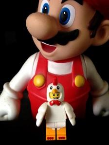 Lagi majang depan patung Mario