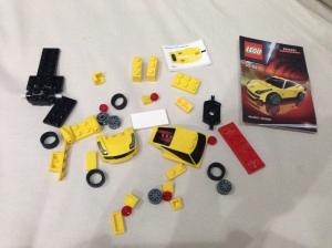Nah ini isinya nih setelah dibuka bungkusnya. Kamu bisa lihat LEGO khusus mengeluarkan custom bricks untuk set ini.