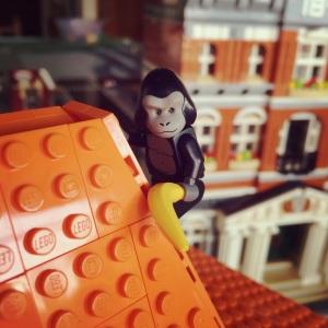 Ada goria atau monyet yah di atap rumahnya? :)