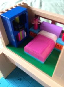 Lucu deh kamarnya Lisa, lengkap dengan rak bukunya. Perhatiin jendala di belakang tempat tidurnya deh, itu pakai teknik SNOT :)