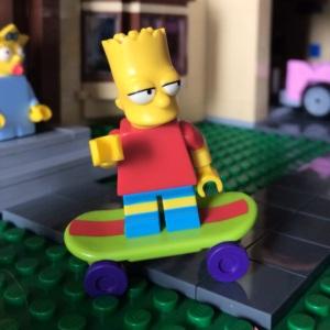 Bart Simpson lagi beraksi pake skateboardnya :)