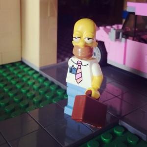 Homer Simpson baru pulang kerja, cape banget keliatannya yah :)