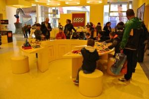 Gak lupa juga ada tempat untuk bikin MOC pake LEGO Bricks :)