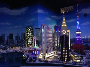 Bagus yah ada lampunya, dan yang paling seruuuu ini miniatur untuk ukuran normal minifig, jadi kamu AFOL bisa deh liat2 triknya untuk yang lagi bikin kota LEGO sendiri :)