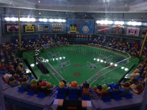 nah ini miniatur stadion buat ukuran minifig normal. Bagus yah? :)