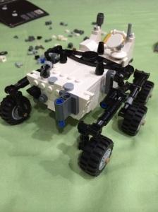 Semua rodanya udah kepasang bener-bener bagus karena kalau dijalankanin bener-bener mirip dengan Curiosity Rover yang asli :)