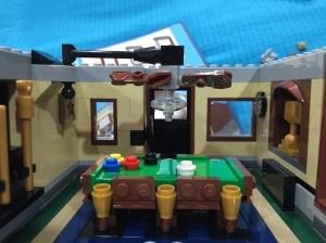 lucu yah meja billiardnya. Ruangannya juga bagus dibikinnya.